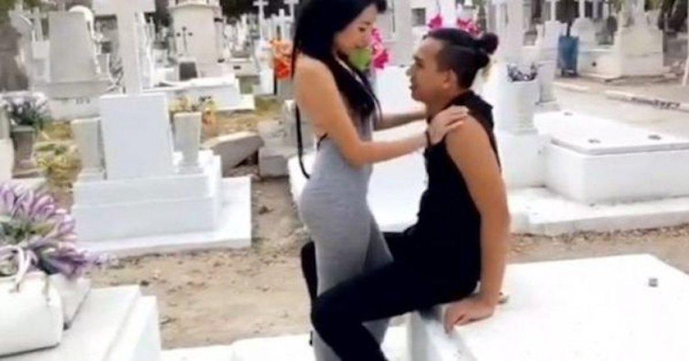 ¡WTF! Actriz XXX graba película porno en un panteón de Guadalajara