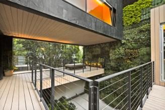 En la Casa CorManca se esconde un jardín vertical con 4,00 plantas, diseñado por Paul Cremoux.