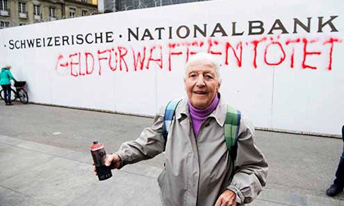 Abuelita es arrestada en Suiza por grafitear mensaje subversivo