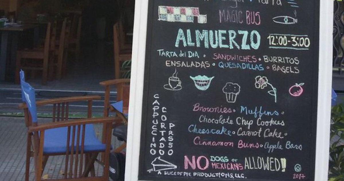 """Bar en Uruguay causa indignación en Internet por un cartel que dice: """"No se permiten perros ni mexicanos"""""""