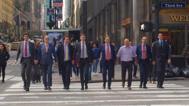 Hombres holandeses de las Naciones Unidas protestando en contra de la violencia hacia la comunidad LGBT en Nueva York