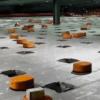 Pequeós robots con piloto automático moviendo paquetes en un almacén en China