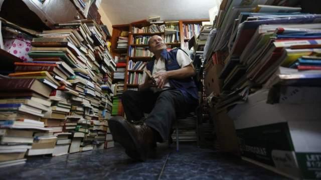 Este hombre rescata los libros que tiran los ricos y los redistribuye entre los pobres