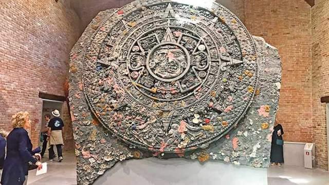 El artista británico Damien Hirst exhibe sin autorización del INAH una copia del Calendario Azteca