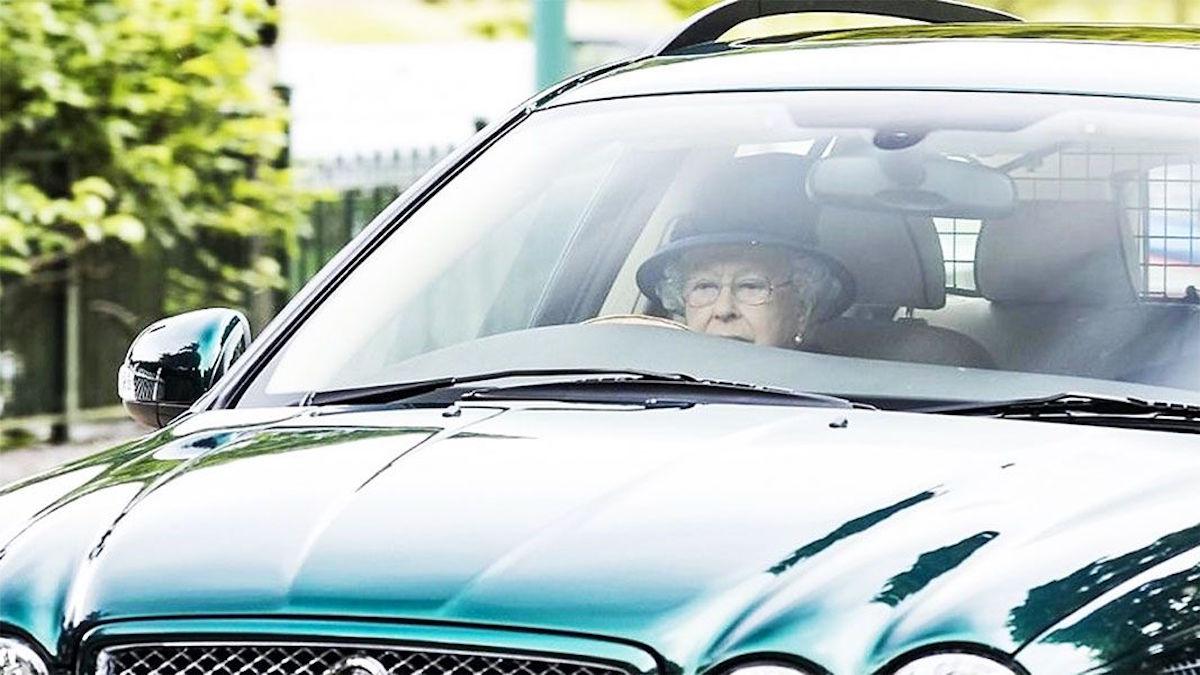 Captan a la reina Isabel II, a sus 91 años de edad, manejando su Jaguar