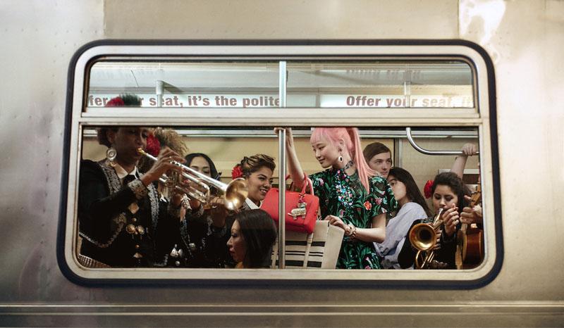 Mariachis alegran el trayecto del metro en Nueva York