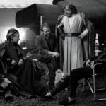 Carrie Fisher y Mark Hamill como la General Organa y Luke Skywalker junto a Rian Johnson y Kathleen Kennedy y los perros Gary y Millie en Star Wars VIII