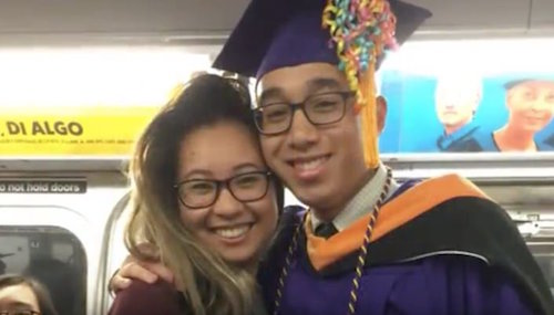Estudiante se queda atorado en el metro sin llegar a su graduación y los pasajeros le arman una fiesta