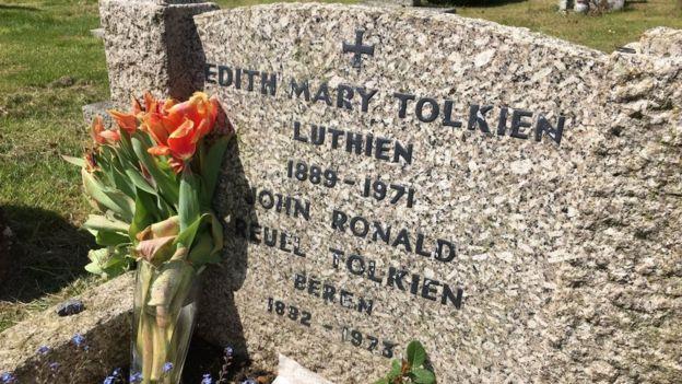 En la tumba compartida de Edith y J.R.R. Tolkien aparecen los nombres de Lúthien y Beren
