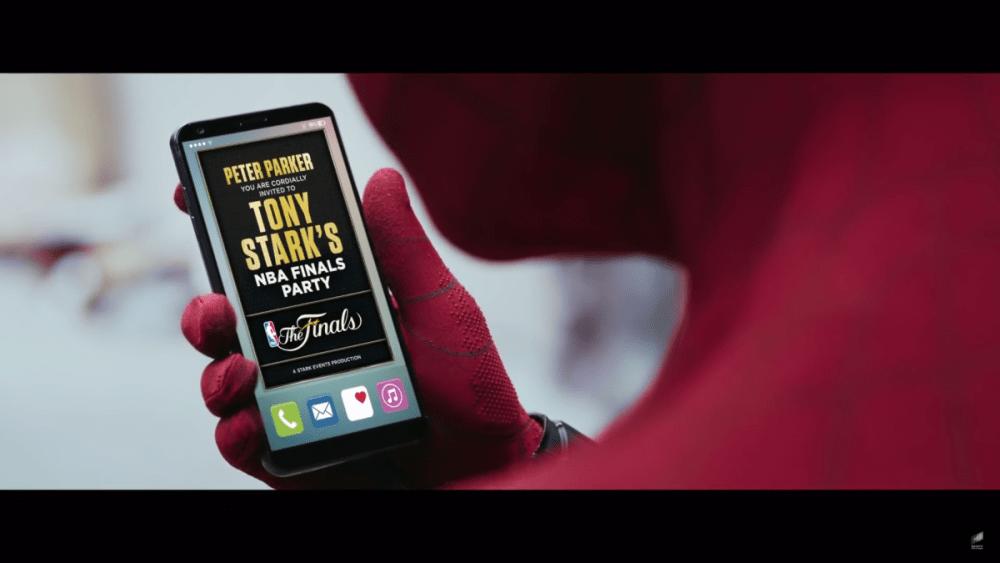 En un promo para Spider-Man: Homecoming Peter Parker es invitado a la fiesta de la final de la NBA de Tony Stark