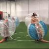 4 T-rex jugando futbol dentro de burbujas