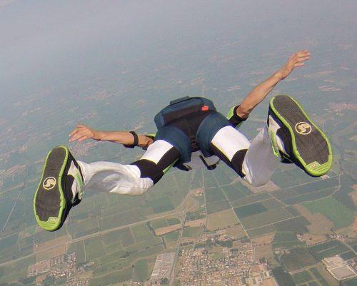 Paracaidísta decide no abrir su paracaídas tras saltar del avión
