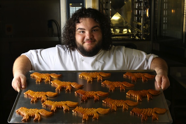 Ben Hawkey (Hot Pie) con panes de Game of Thrones