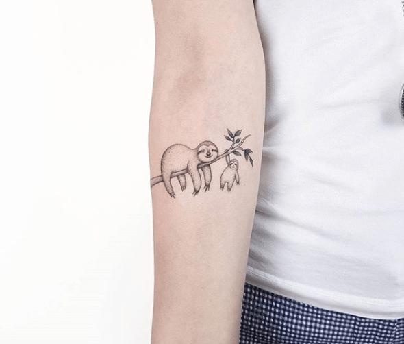 Tatuaje de perezoso hecho por Ahmet Cambaz