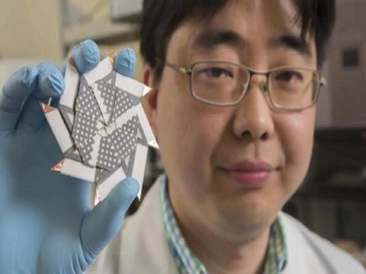 El profesor Seokheun Choi mostrando su invento