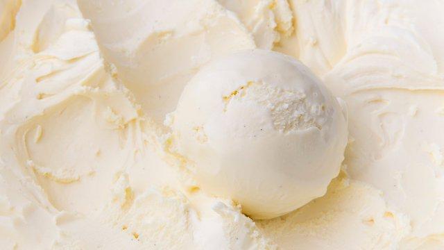 Una bola de helado de vainilla