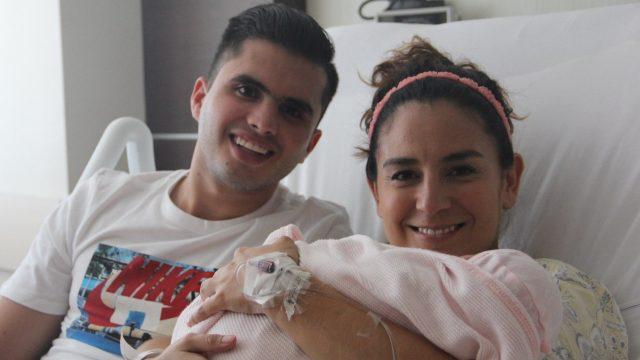 Ivan García y Paola Espinosa con su hija Ivana