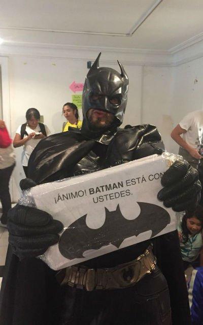 Batman regalando sonrisas en albergue