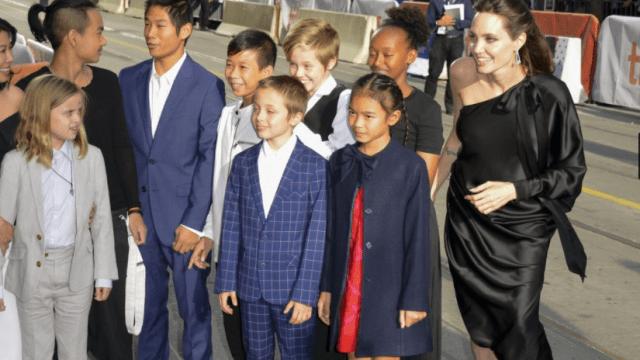 Angelina Jolie asiste acompañada de sus hijos