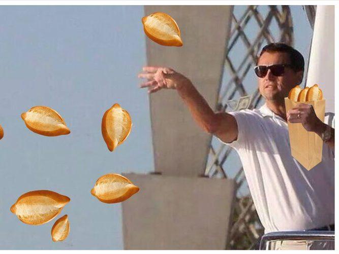Meme de DiCaprio aventando bolillos para el susto tras el temblor