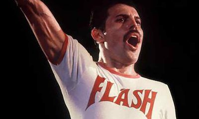 Freddy Mercury, vocalista de Queen, playera Flash, cantando