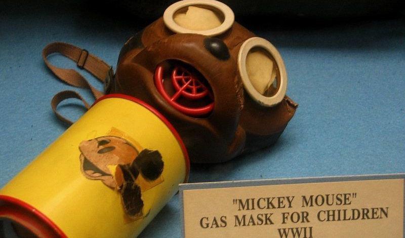 Máscaras antigás de Mickey Mouse para niños en la Segunda Guerra Mundial