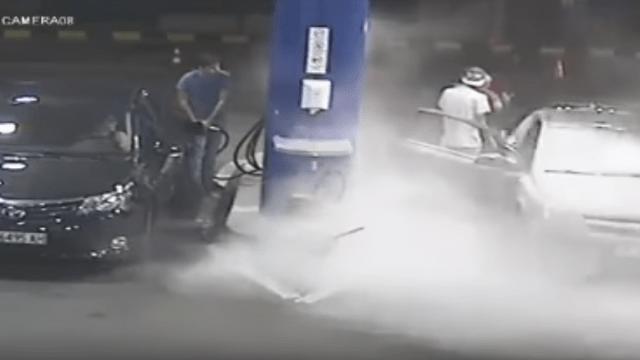 Persona fumando en gasolinera