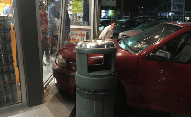 Oxxo dañado por auto