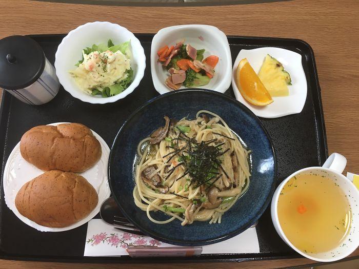 Mujer en japón se soprende con la comida de hospital
