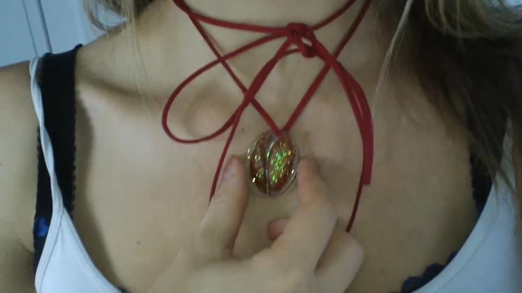 La bloguera Tracy Kiss utiliza un collar con la piel de su vagina
