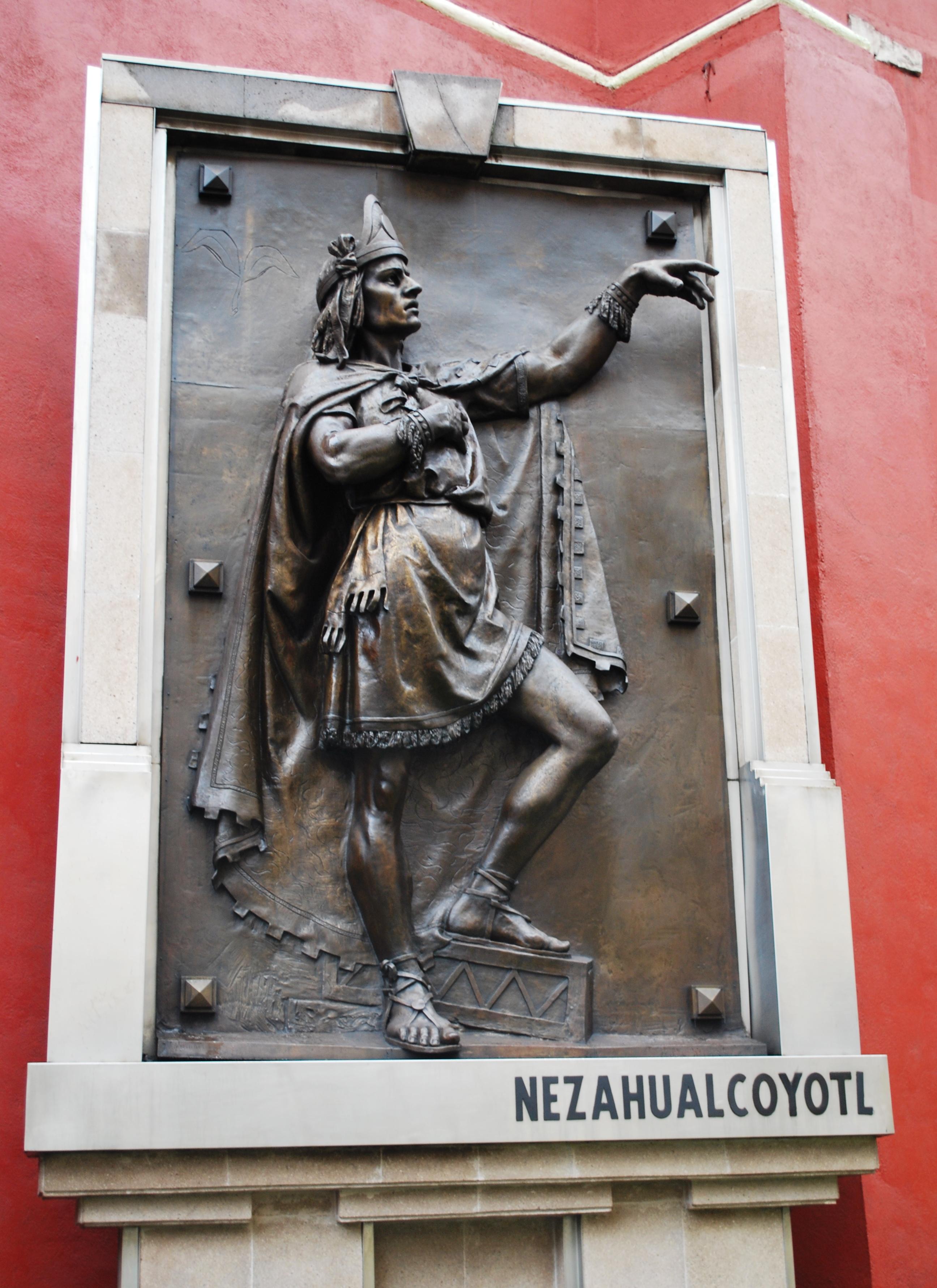 Estatua de Nezahualcóyotl.