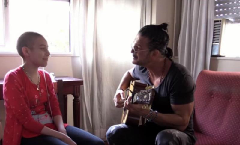Ricardo Arjona sorprende a fan con un mini concierto