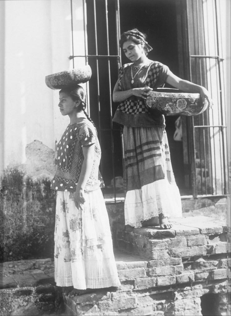 Tina Modotti, Dos Mujeres de Tehuantepec con jicalpextle