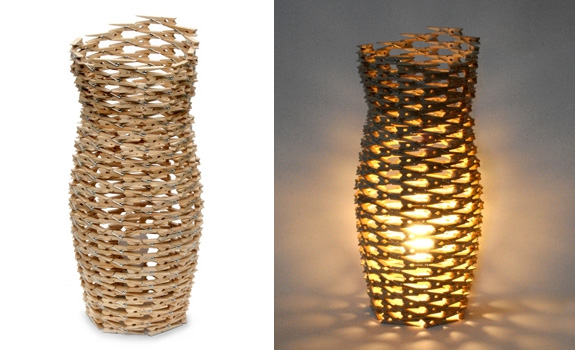 Lámpara hecha con pinzas de madera para ropa