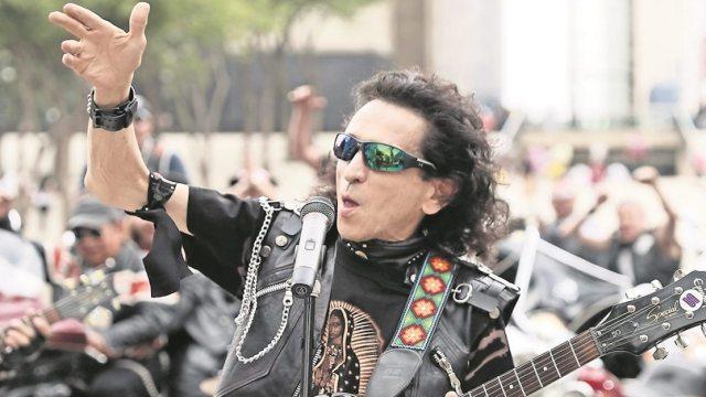 """Alex Lora corre de concierto a jóvenes """"sombrerudos"""""""