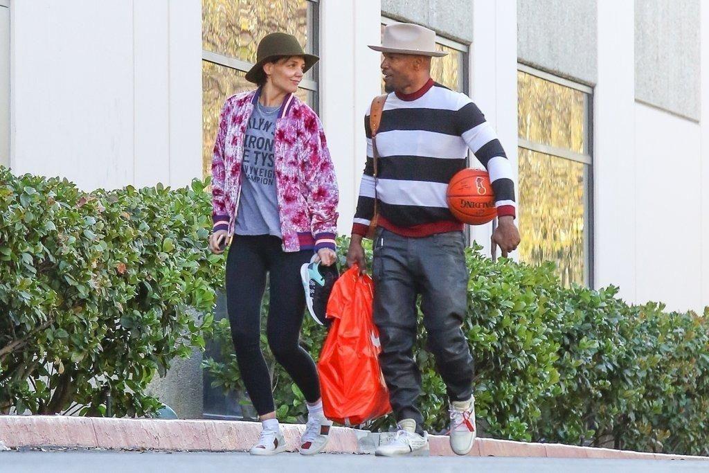 jamie-foxx-katie-holmes-pasan-san-valentin-juhando-juntos-baloncesto