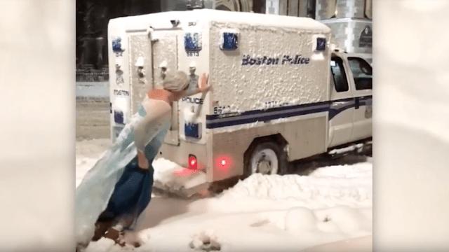 Hombre-Drag-Elsa-Frozen-Policía-Nieve