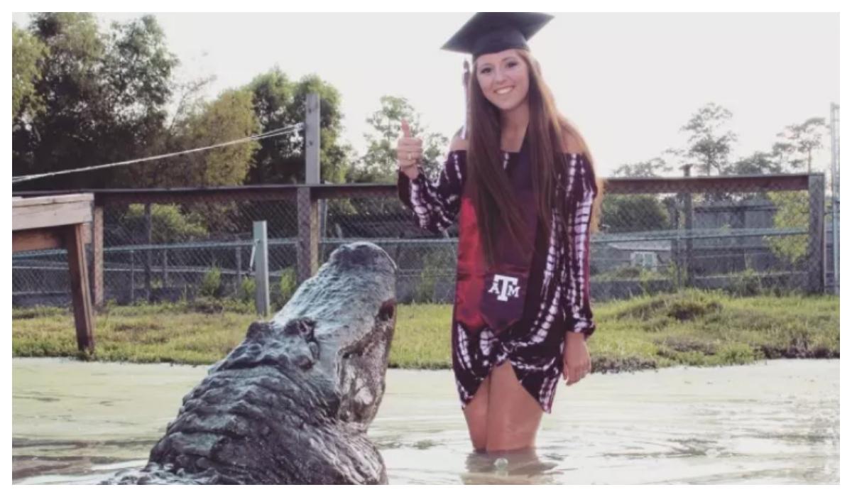 Joven posa cocodrilo de 13 pies Fotos de su graduación