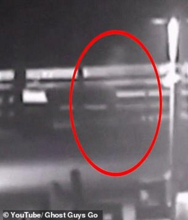 Video: Hombre fantasma camina en medio de huracán