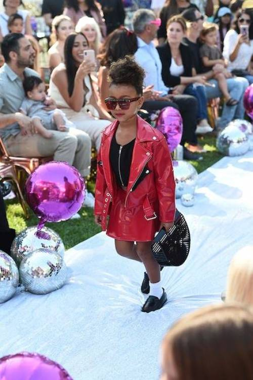 Hija Kim Kardashian debuta pasarelas