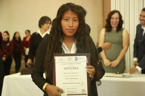 Padres Indígenas asisten a graduación de su hija en Durango