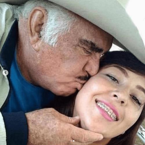 Vicente Fernandez aparece besando a chica