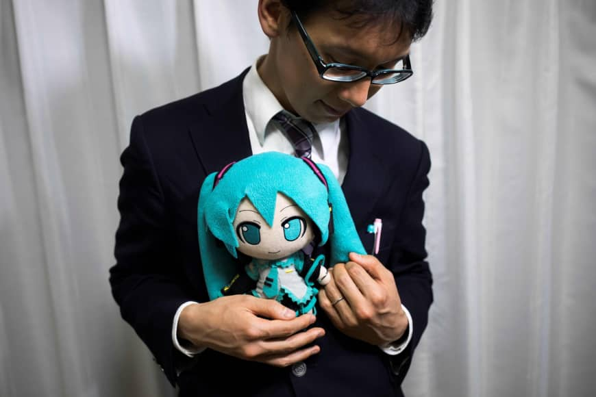 Este otaku se casó con un holograma de 16 años