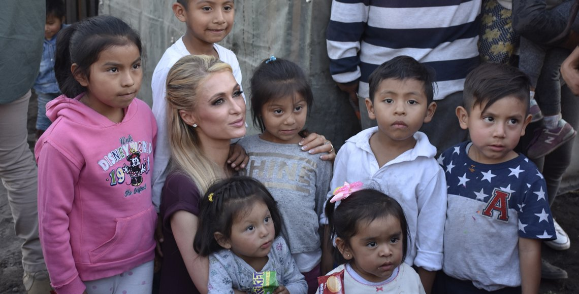 Fotos de Paris Hilton con damnificados de Xochimilco