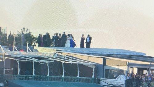 Celebran boda en el Zócalo durante discurso de AMLO