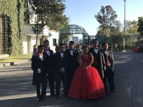 Quinceañera festeja sus quince años en Los Pinos