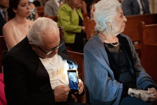 Viejito tomó foto de su esposa sin que ella se diera cuenta