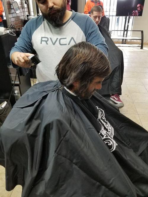 Barbería hace cambio de look a Vagabundo