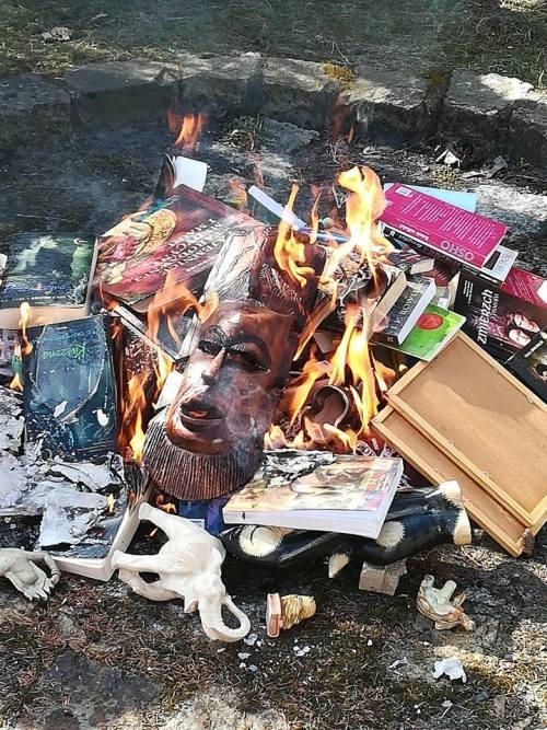 Organizan quema de libros de Harry Potter en Polonia