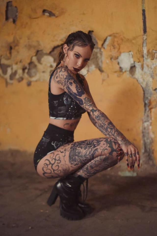 Belinda sorprende con cuerpo tatuado completamente